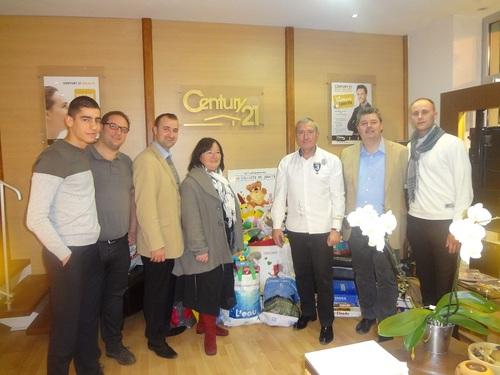 Une partie de l'équipe CENTURY 21 Coquillat Immobilier entoure M. Cuilleret (Président de la Croix-Rouge de Villefranche) et Marie-Christine (Bénévole)