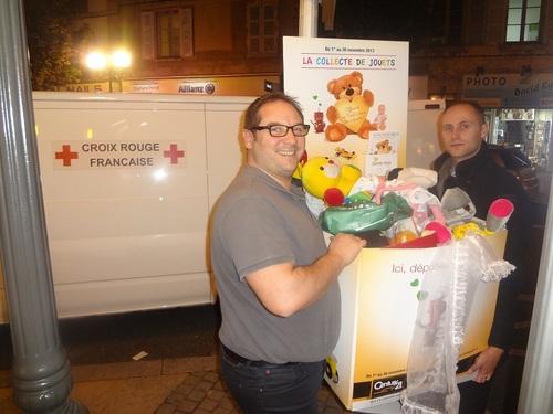 Yves et Fabien transportent les derniers jouets récoltés dans le camion de la Croix-Rouge