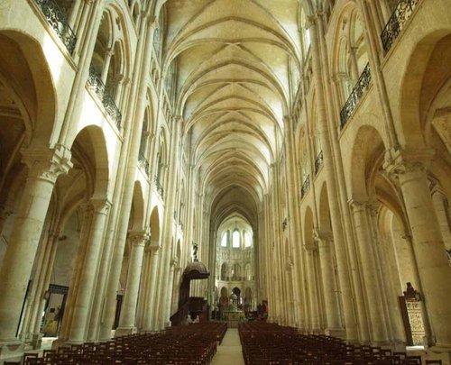 Parvis de la cathédrale ce vendredi à 21h30. Visite des caves et de la crypte ...